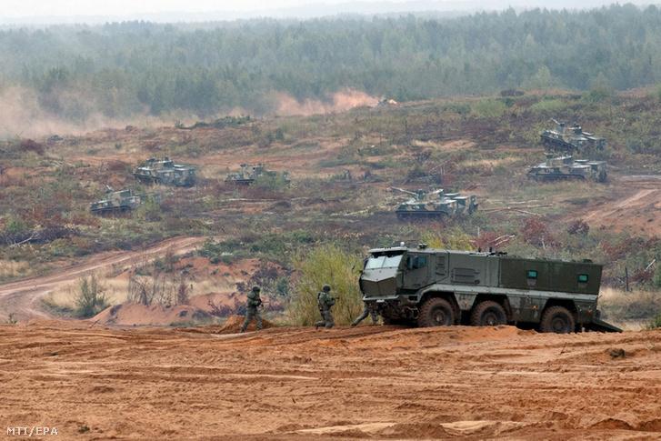 Az orosz védelmi minisztérium által közreadott kép orosz harcjárművekről a Zapad (Nyugat) 2017 elnevezésű orosz-fehérorosz hadgyakorlaton az oroszországi Leningrád régióban lévő Luga gyakorlótéren 2017. szeptember 18-án.