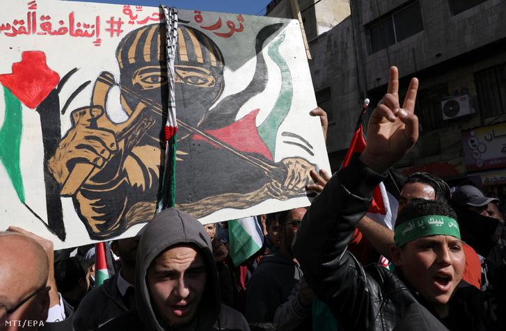 Jordániai tüntetők tiltakoznak Donald Trump amerikai elnök Jeruzsálem státuszáról tett bejelentése ellen a pénteki ima után Ammánban 2017. december 15-én.