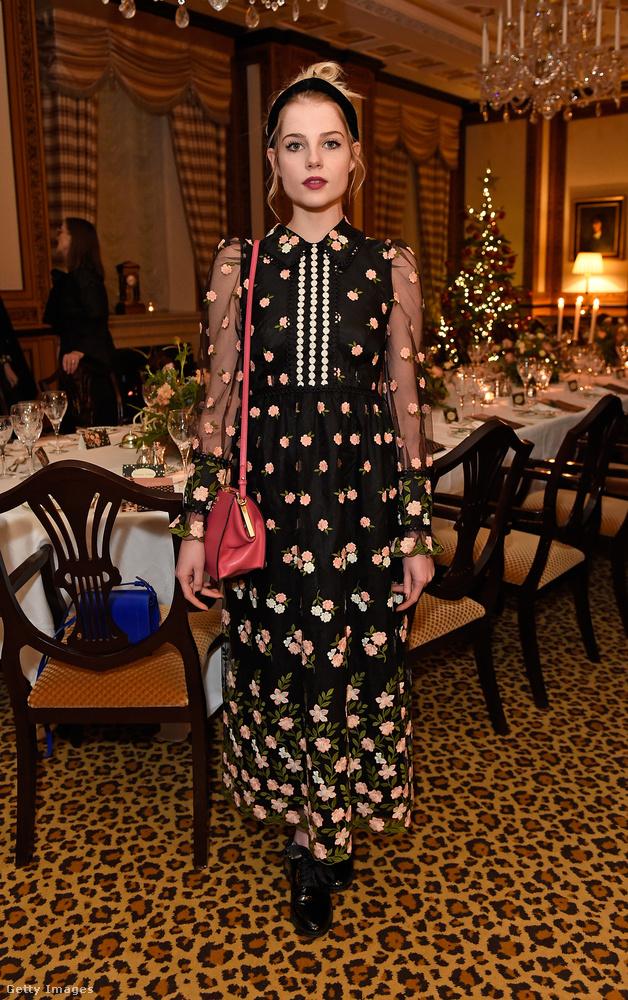 De gyakran tűnik fel divatbemutatókon is, mint például az Orla 2018-as Resort kollekciójának londoni showján.