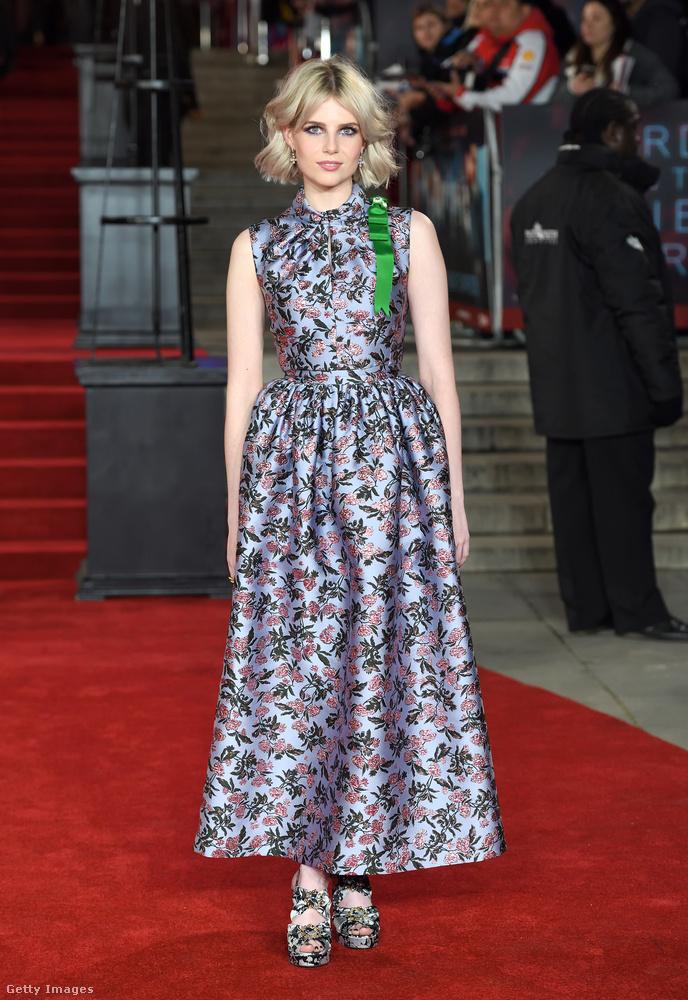 Lucy Boynton gyakran emlegetik a fiatal Sienna Millerként is