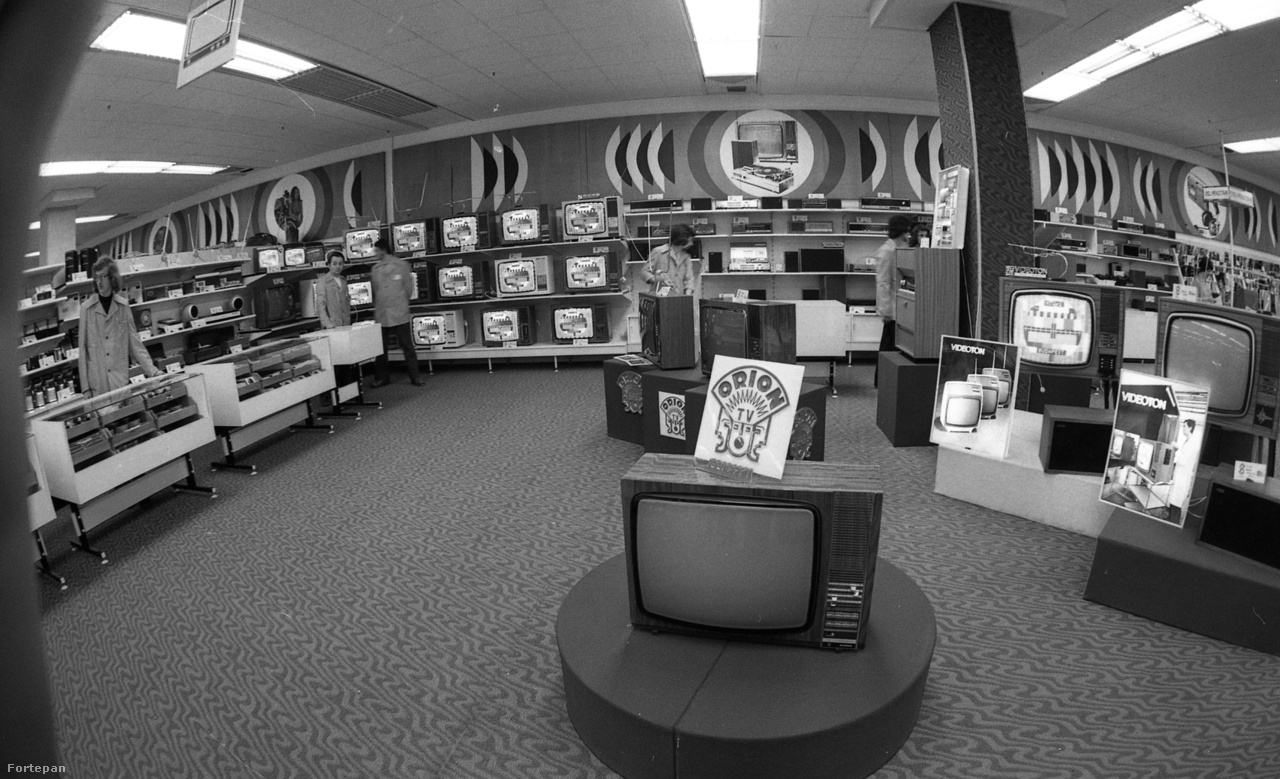 1976-ban nyitott a Skála Budapest Szövetkezeti Nagyáruház (XI., Október huszonharmadika utca). A képen a műszaki osztály híradástechnikai részlege, Orion és Videoton tévékkel.
