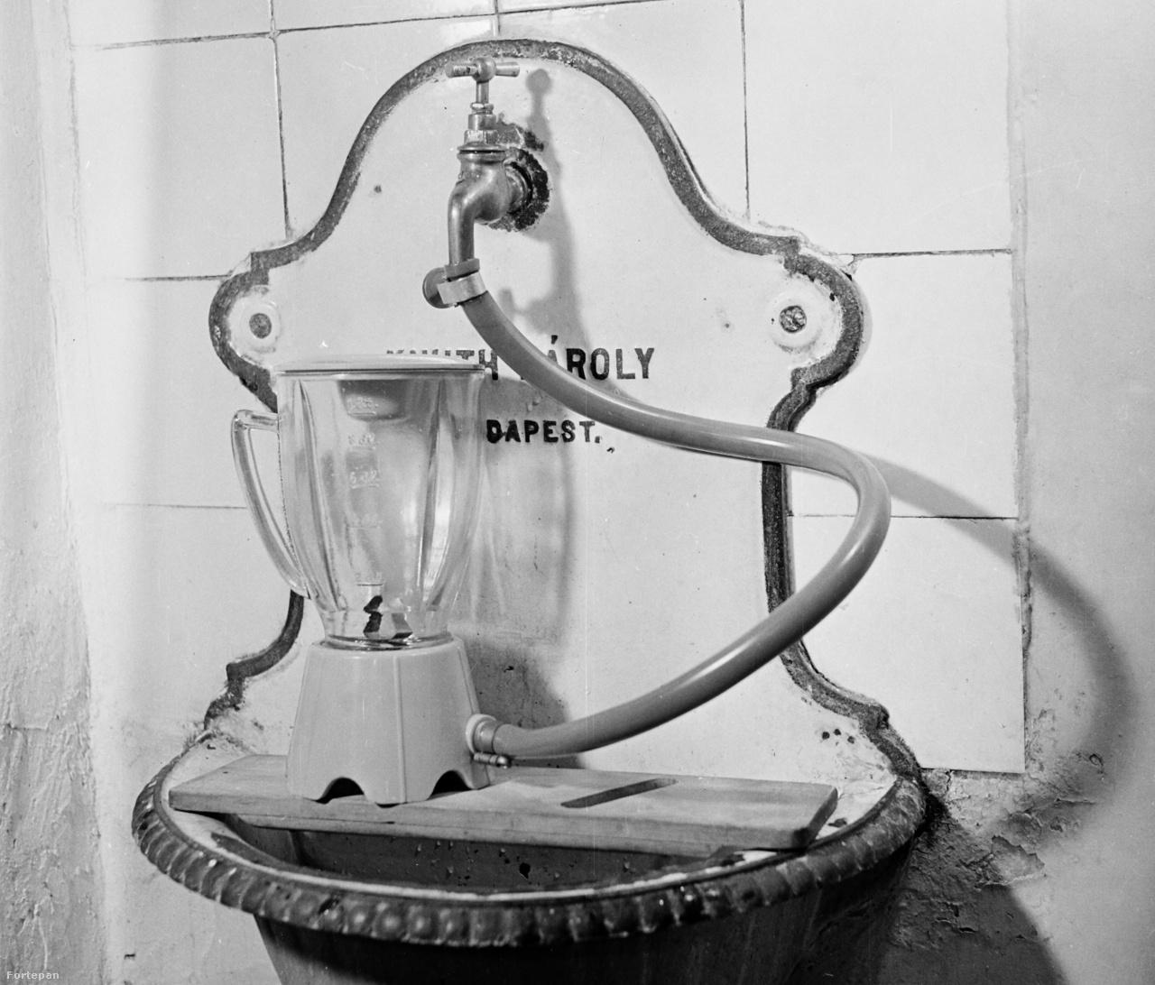 1959: nem tudunk másra gondolni, mint hogy ezt a fali csaphoz csatlakoztatott turmixgépet a víz hajtja. A 60 évvel ezelőtti minőségi buheratechnológiáról nem találtunk megnyugtató leírást.