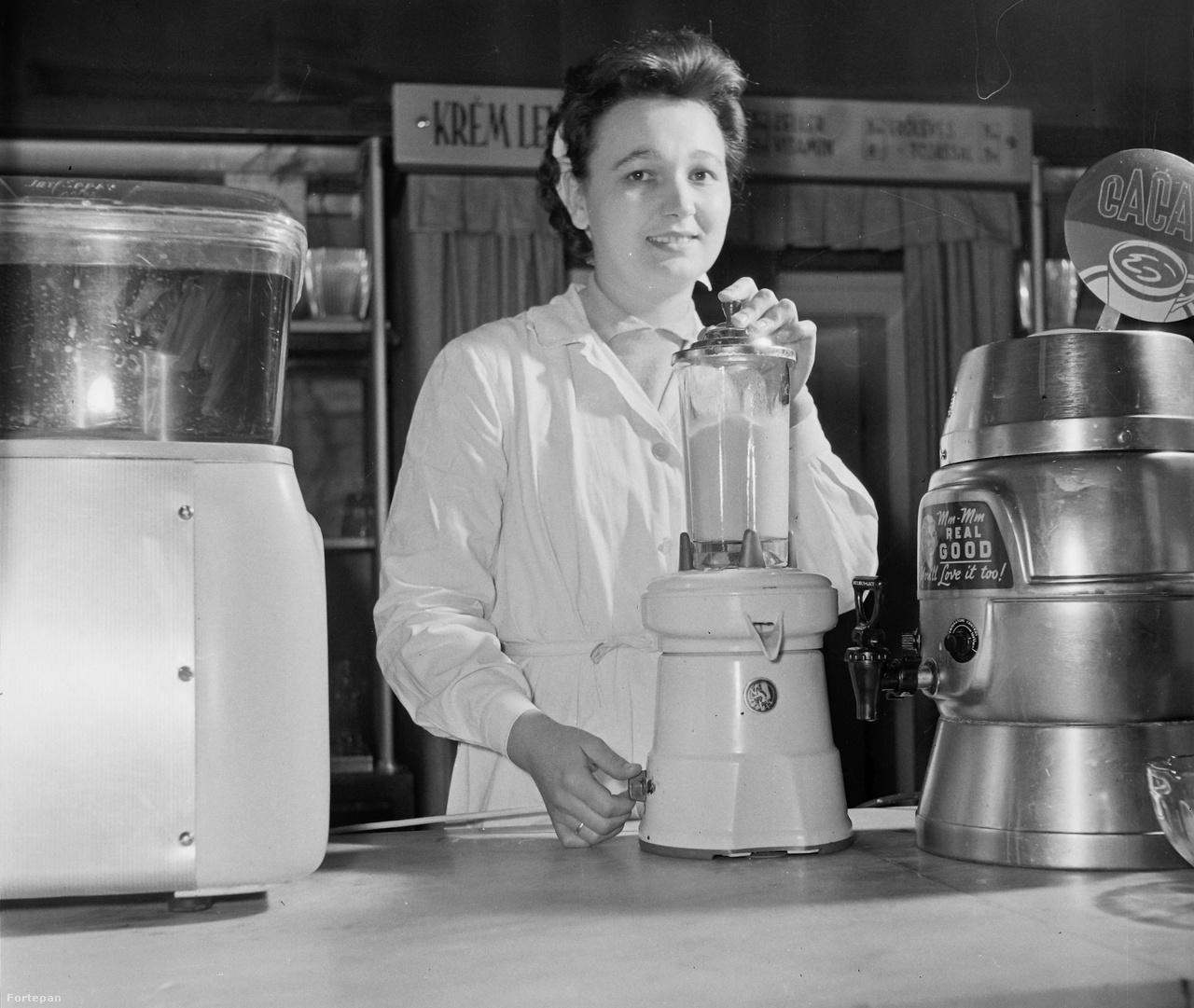 """1959: Svájci """"Turmix"""" turmixgép és nyugati gyártmányú kakaókészítő gép egy magyar vendéglátóipari egységben."""