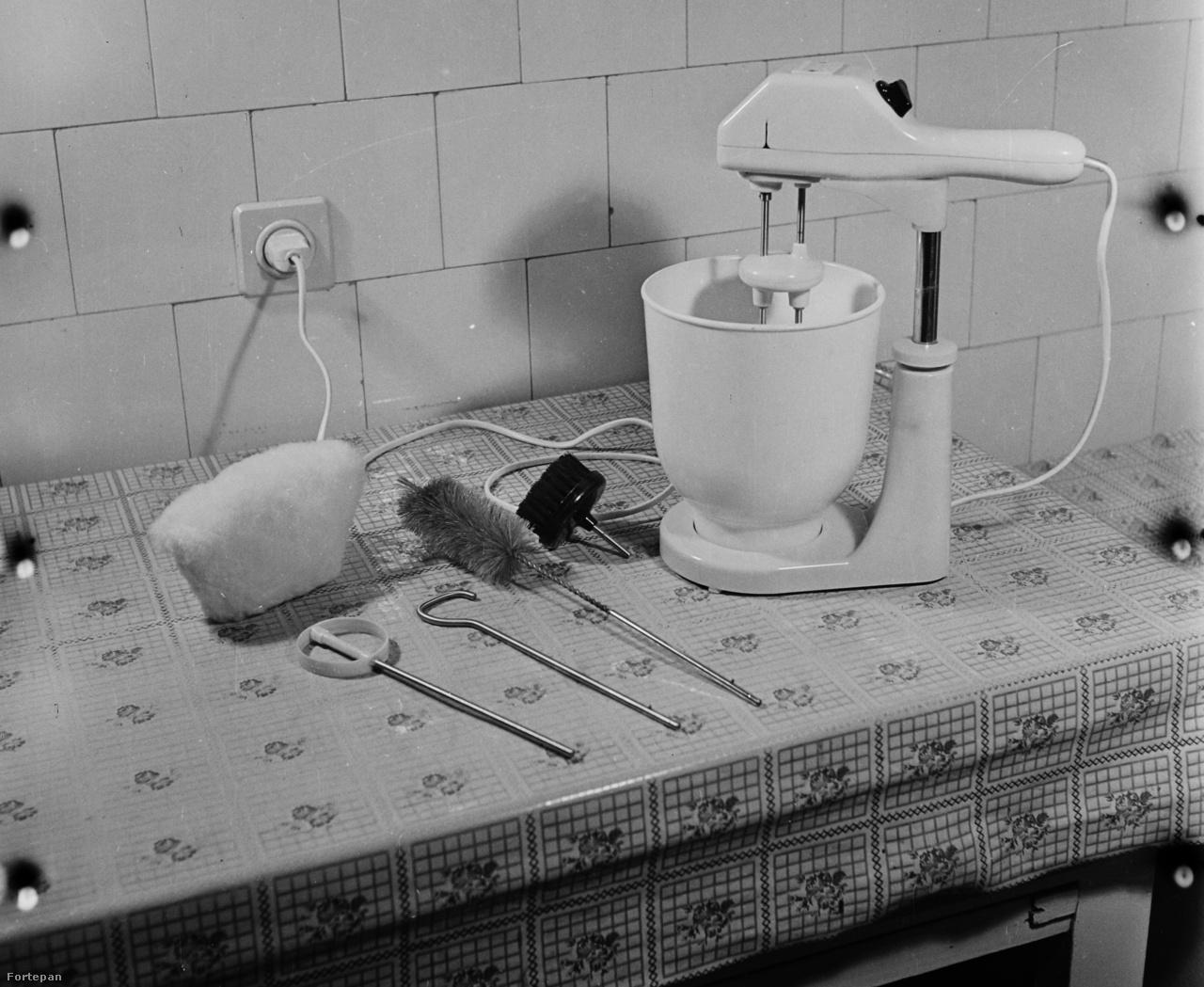 Háztartási kisgépszett 1960-ból, meglehetősen praktikus üvegmosófejjel.