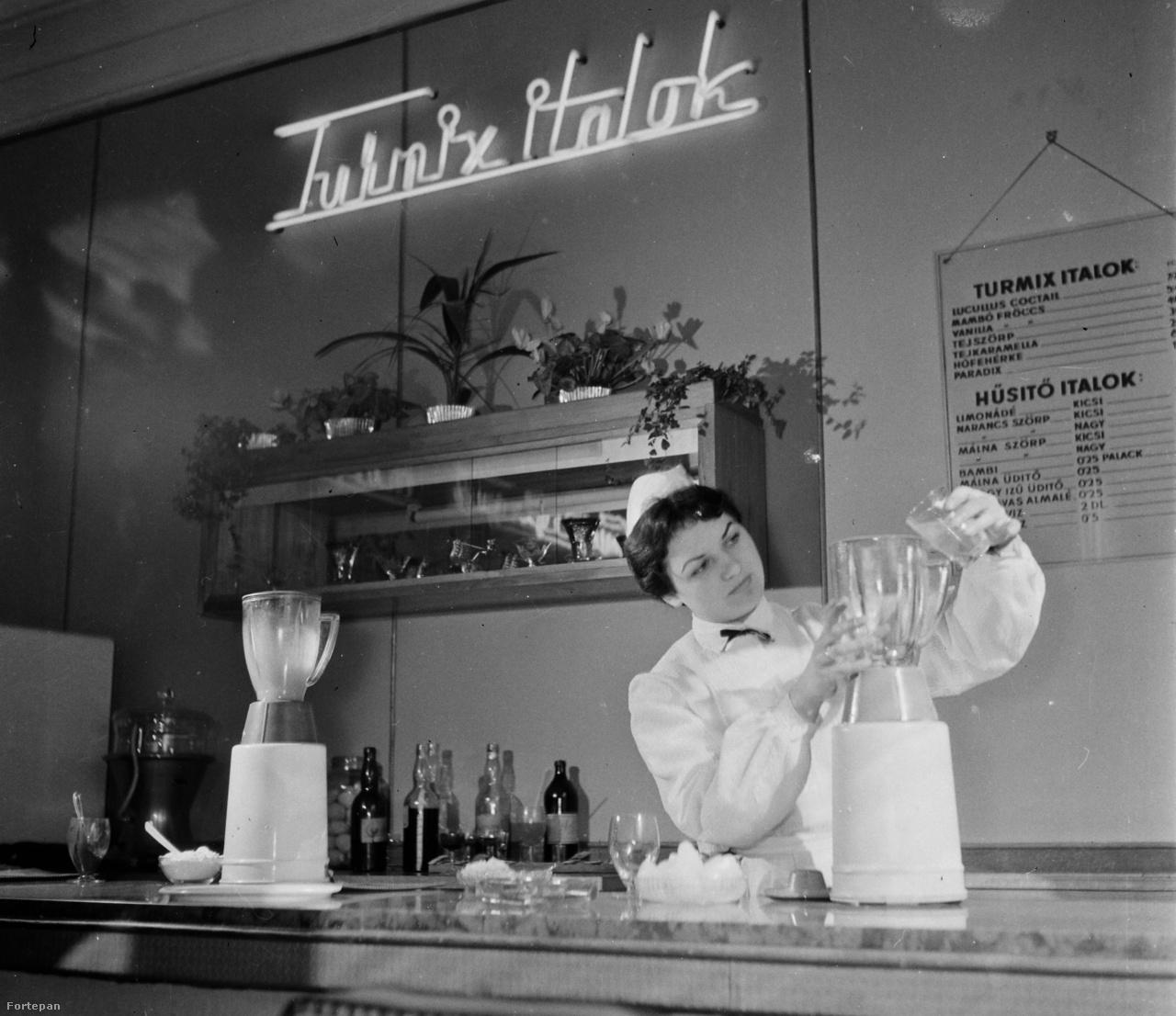 1962: turmixgéppel készül az egészséges és ízletes turmix a turmixbárban.