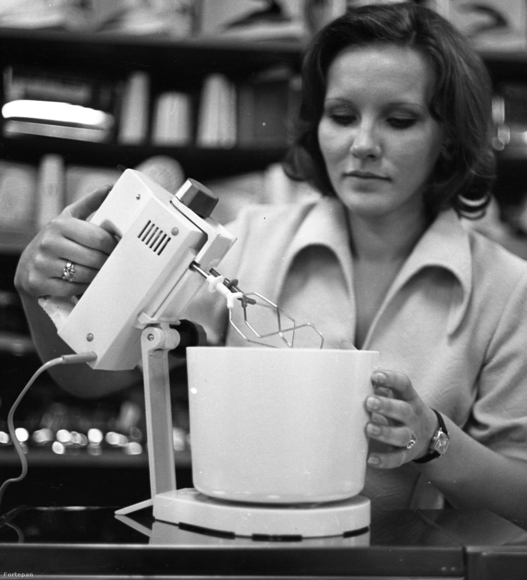 1977: és igen, megérkezett! A legendás NDK turmixgép, az RG-28 bemutatója a háztartási kisgép osztályon, a Corvin Áruház bevásárlóközpontban. A képen a keverőtálas habverő funkcióját szemlélteti egy áruházi dolgozó.