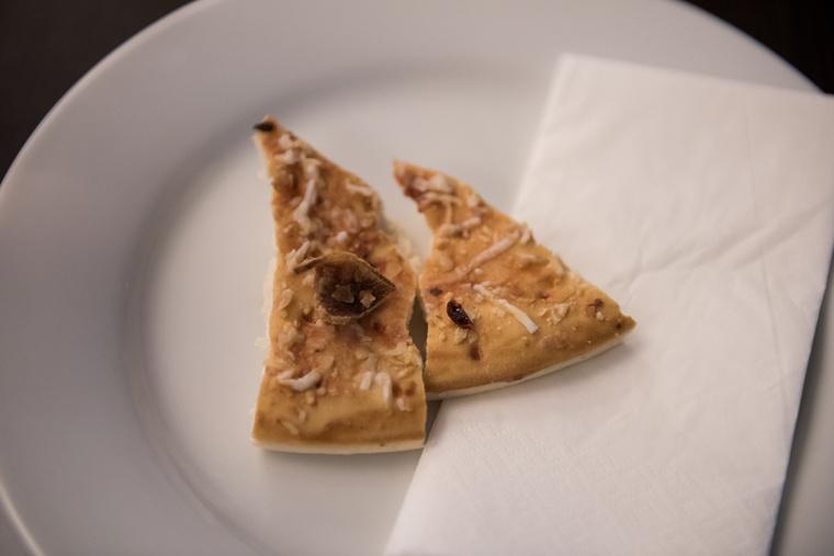 Íme, Jenő az első születésnapján! Igen, ez egy egyéves pizzaszelet, amit a polcon tartottunk, még csak nem is hűtőben