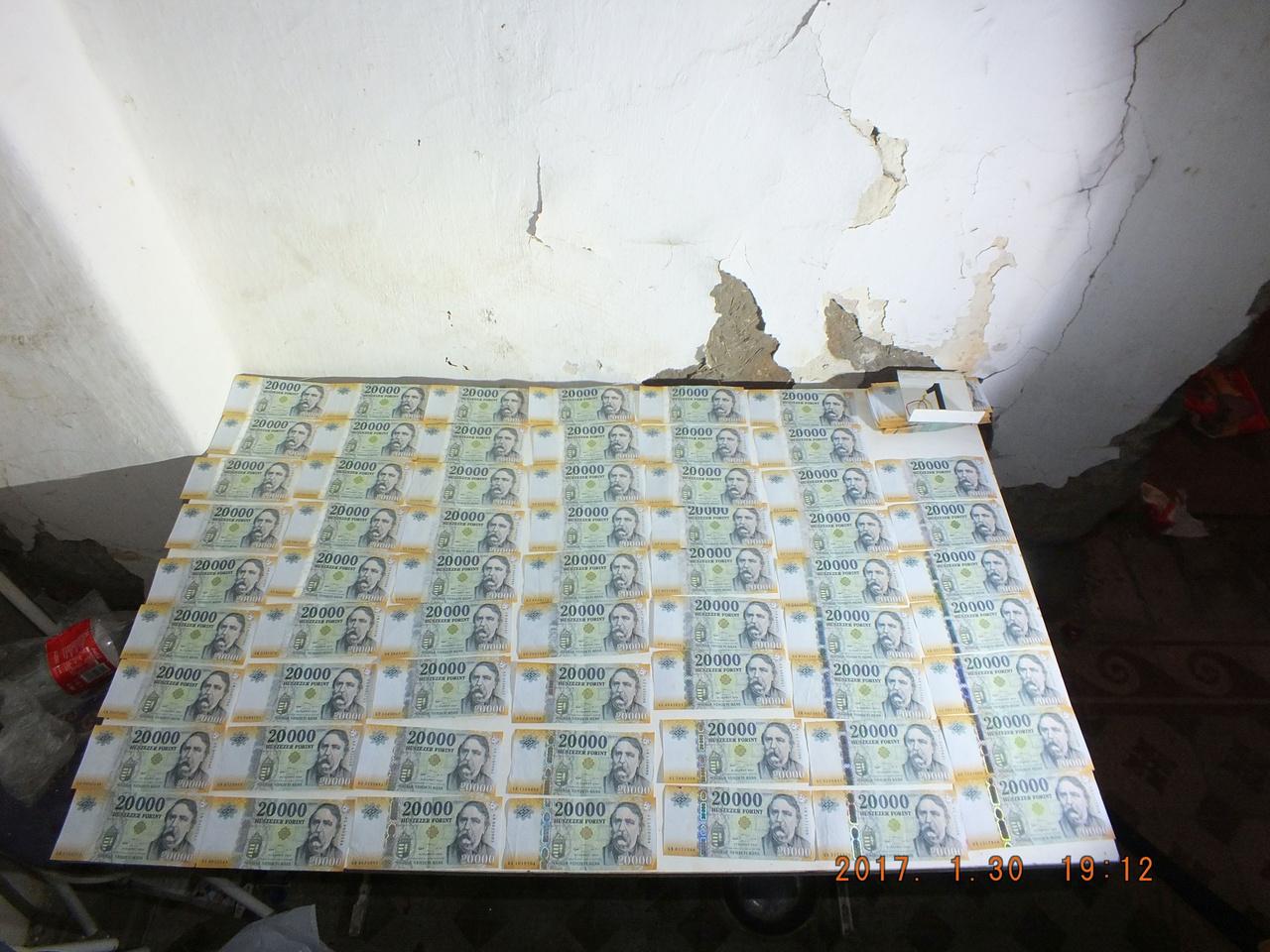 Ezeket a húszezreseket egy hántai házból lopták el bakonyszombathelyi illetők. Hántán egy lemezkazetta rejtett tetemes összeget, ráadásul a tolvajok időközben a pénz nagy részét elköltötték, ez csak a maradék. A 31 éves férfi és a 27 éves nő beismerő vallomást tett. Szép fogás, de a falat levakolhatnák.