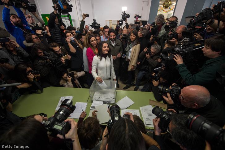 Ines Arrimadas a Ciudadanos vezetője leadja a szavazatát Barcelonában 2017 december 12-én