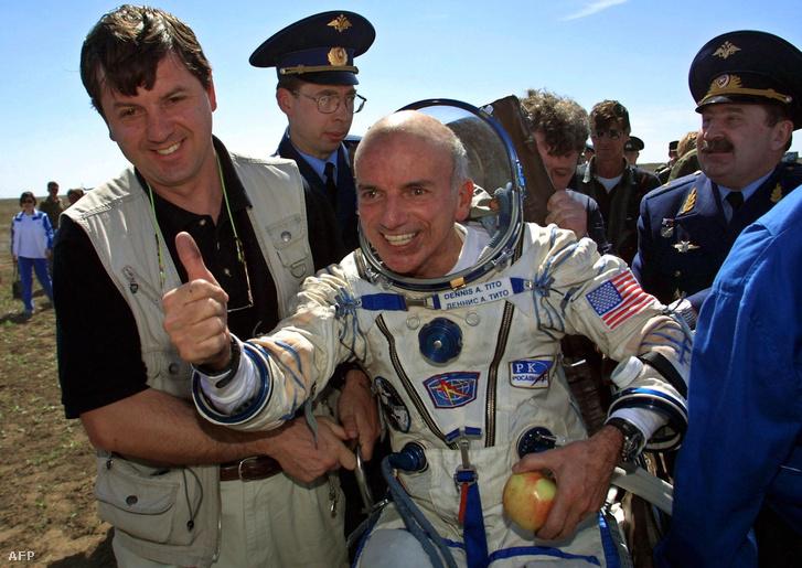 Dennis Tito, a világon az első űrturista, miután sikeresen landolt Kazahsztánban 2001. május 6-án