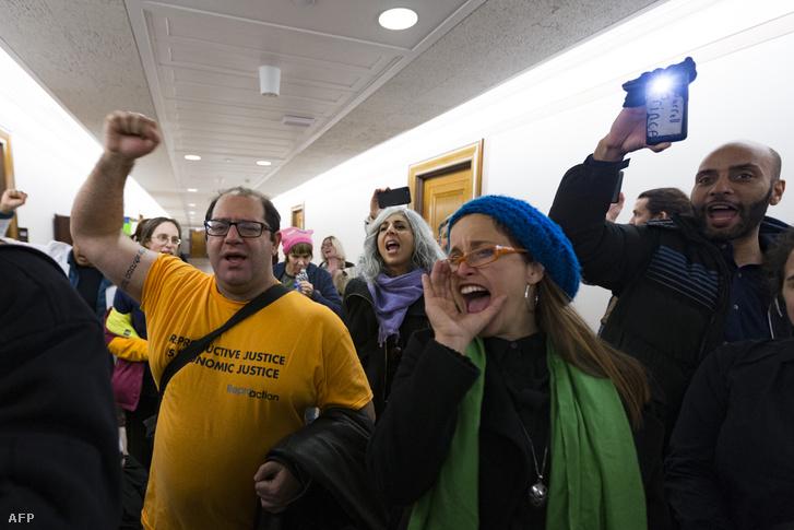Tüntetők tiltakoznak az adóreform ellen a republikánus szenátor, Jerry Moran irodájánál a Capitolium épületében Washingtonban 2017. december 13-án