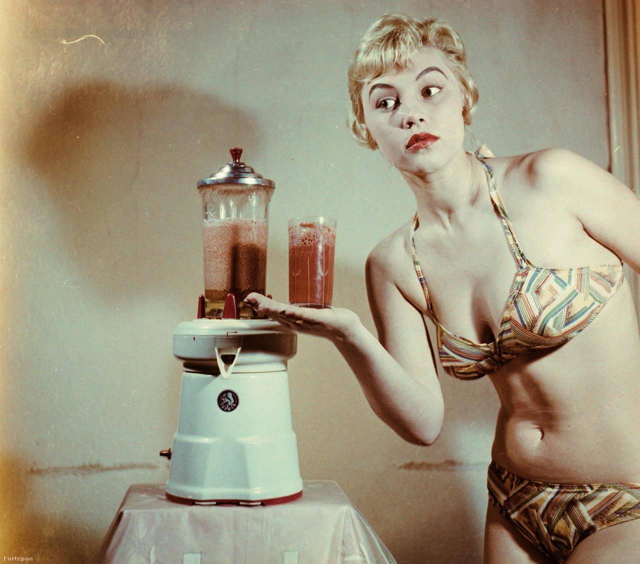 """Svájci gyártmányú, """"Turmix"""" márkájú turmixgép. Színes, a szocialista erkölcstől és konyhaeszménytől kissé távol álló reklámfotó, bikinis manökennel, 1962-ből."""