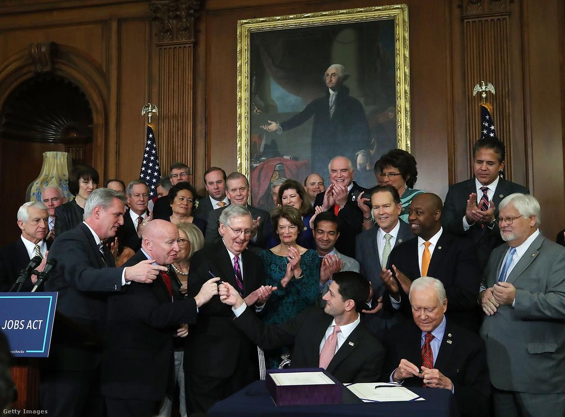 Paul Ryan az alsóház republikánus elnöke és Kevin Brady a képviselőház adózásért és vámokért felelős bizottságának elnöke, miután aláírták az adócsökkentési tervezetet 2017. december 21-én Washingtonban