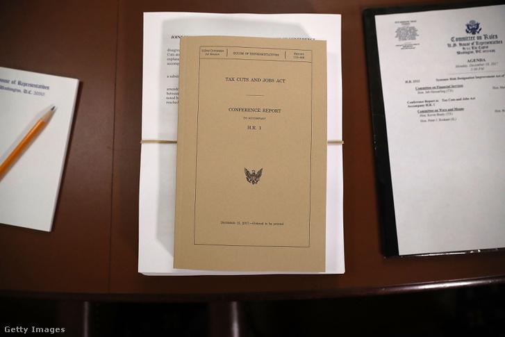 Az adócsökkentésről szóló tervezet egyik példánya a Kongresszus ülésén 2017. december 18-án Washingtonban