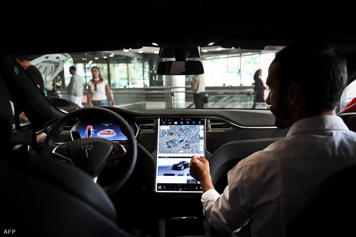 Autókereskedő mutatja meg a Tesla S Model újdonságait egy lisszaboni Tesla showroomban