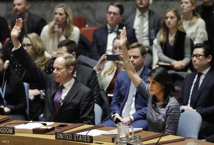 Nikki Haley amerikai (j) és Matthew Rycroft brit ENSZ-nagykövet szavaz az ENSZ Biztonsági Tanácsának ülésén a világszervezet New York-i székházában 2017. december 22-én. A tanács várhatóan szavaz az Észak-Korea elleni szankciók szigorításáról benyújtott amerikai határozattervezetről.