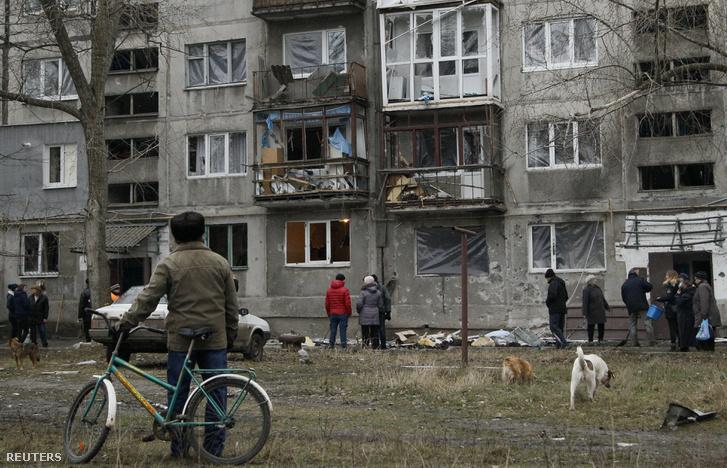 Bombázásban sérült ház az oroszbarát lázadók által ellenőrzött Jaszinuvata egyik utcájában, 2017. december 21-én