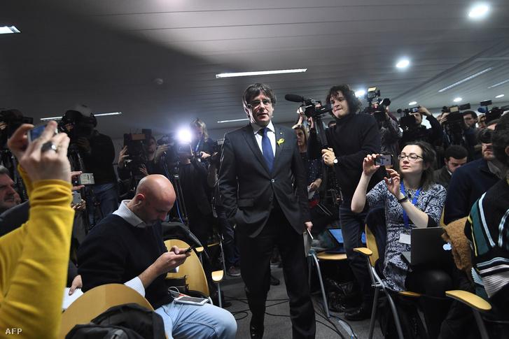 Carles Puigdemont leváltott katalán elnök sajtótájékoztatót tart Brüsszelben 2017. december 22-én