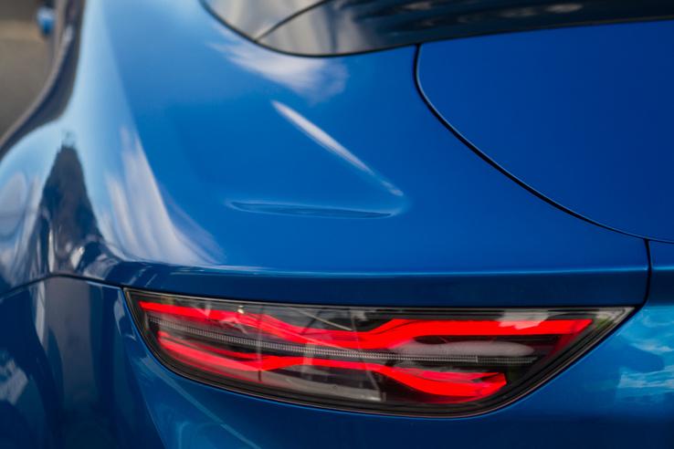 A hátsó lámpák szinte bármilyen sportos autón lehetnének