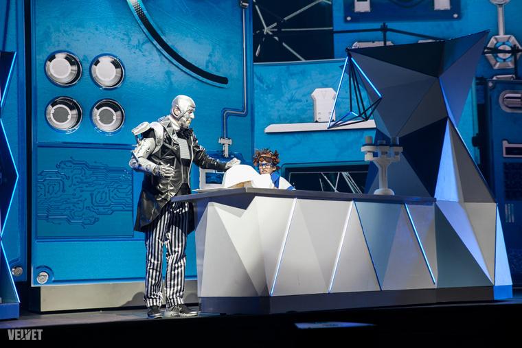 2. Nagyokos, a robot szerepében Hajdu Steve látható.