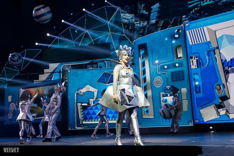 6. Radics Gigi az egyik Reklámarc ebben a mesében.