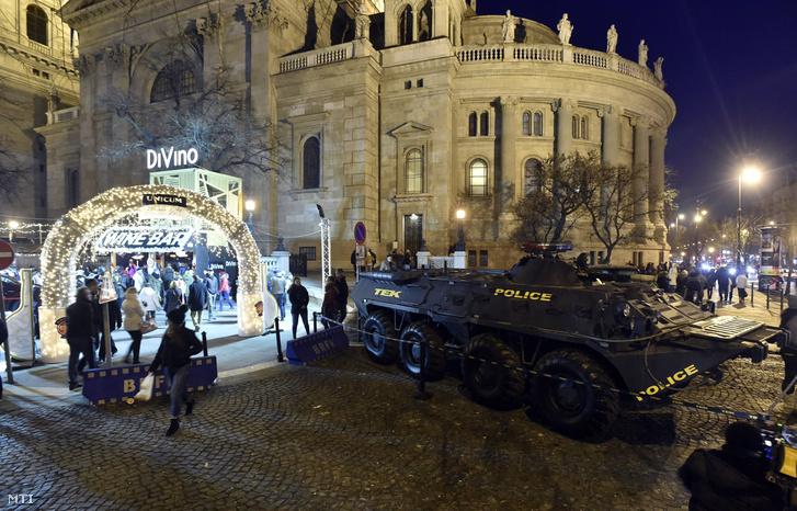 TEK felirattal ellátott, páncélozott harcjármű az Adventi Ünnep a Bazilikánál elnevezésű rendezvényen a budapesti Szent István tér és Bajcsy-Zsilinszky út kereszteződésénél 2017. december 17-én.