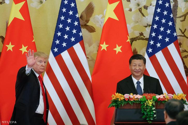 Donald Trump amerikai elnök (b) és Hszi Csin-ping kínai elnök sajtóértekezletet tart a pekingi Nagy Népi Csarnokban 2017. november 9-én.