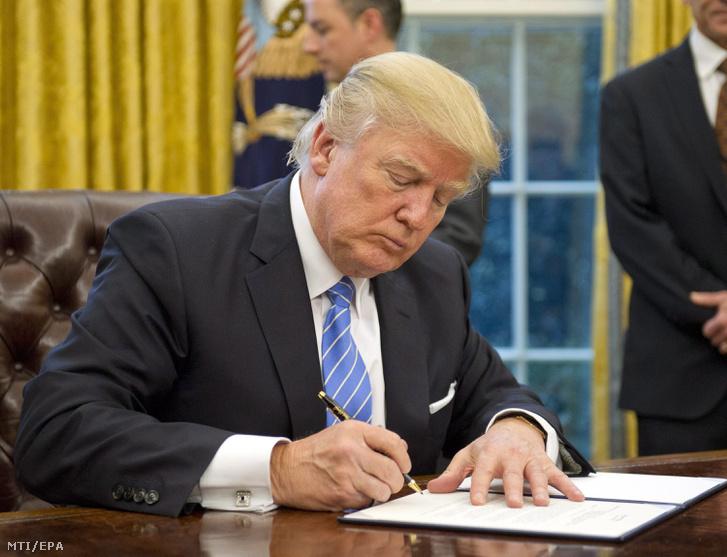 Donald Trump amerikai elnök aláírja a washingtoni Fehér Házban azt az elnöki rendeletet, amelynek értelmében az Egyesült Államok kivonul a csendes-óceáni szabadkereskedelmi megállapodásból (TPP) 2017. január 23-án.