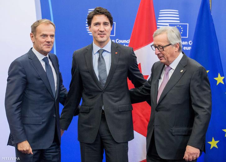 Donald Tusk, az Európai Tanács elnöke, Justin Trudeau kanadai miniszterelnök és Jean-Claude Juncker, az Európai Bizottság elnöke (b-j) fotózáson vesz részt, mielőtt aláírják a Kanada és az Európai Unió között létrejött szabadkereskedelmi és partnerségi megállapodást (CETA) az Európai Tanács brüsszeli székházában 2016. október 30-án.