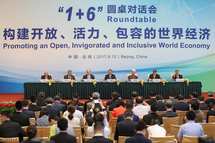 Angel Gurria, a Gazdasági Együttműködési és Fejlesztési Szervezet (OECD) főtitkára, Roberto Azevedo, a Kereskedelmi Világszervezet (WTO) vezérigazgatója, Jim Yong Kim, a Világbank elnöke, Li Ko-csiang kínai miniszterelnök, Christine Lagarde, a Nemzetközi Valutaalap (IMF) vezérigazgatója, Guy Ryder, a Nemzetközi Munkaügyi Szervezet (ILO) vezérigazgatója és Mark Carney, a brit jegybank elnöke (b-j) az 1+6 Kerekasztal Párbeszéd címmel megrendezett találkozó végén tartott sajtóértekezleten a pekingi Tiaojütaj állami vendégházban 2017. szeptember 12-én.