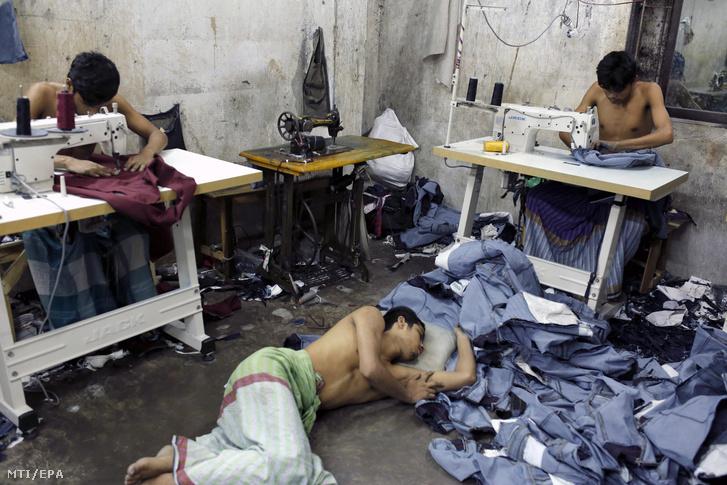Bangladesi férfiak farmernadrágokat készítenek egy varrodában a fővárosban, Dakkában 2017. június 21-én. Bangladesben a textilipar húzóágazat, az olcsó munkaerő miatt az ázsiai országnak az Európai Unióba irányuló ruhaexportja 2016-ban meghaladta a tizenegy milliárd dollárt.