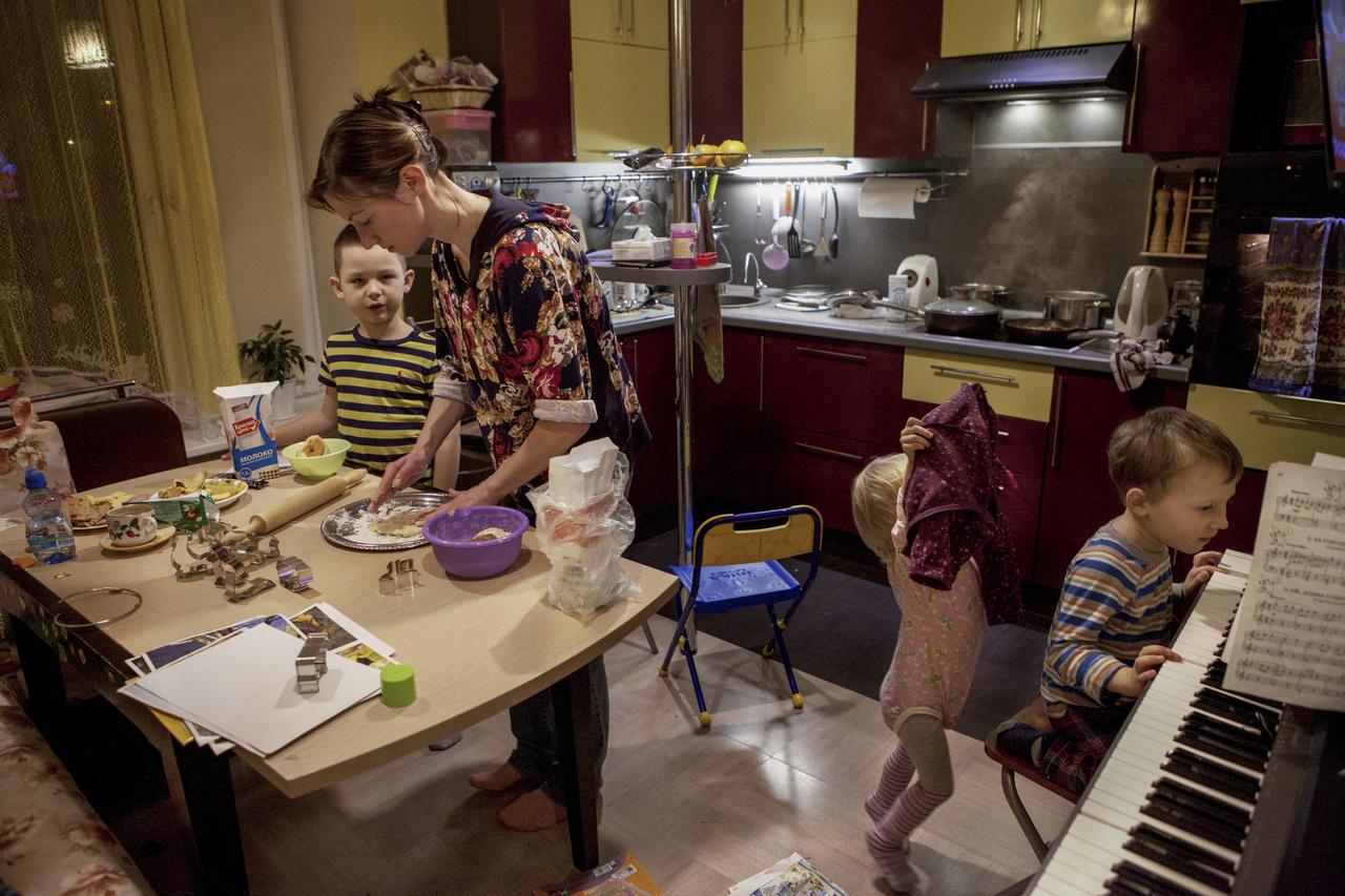 """""""Nem dolgozol, te csak a gyerekekre vigyázol"""" - ez a baráti megjegyzés indította útjára Julia Skorobogatova fotóst, hogy sokgyerekes anyák életét dolgozza fel szerethetően kaotikus pillanatképekben."""