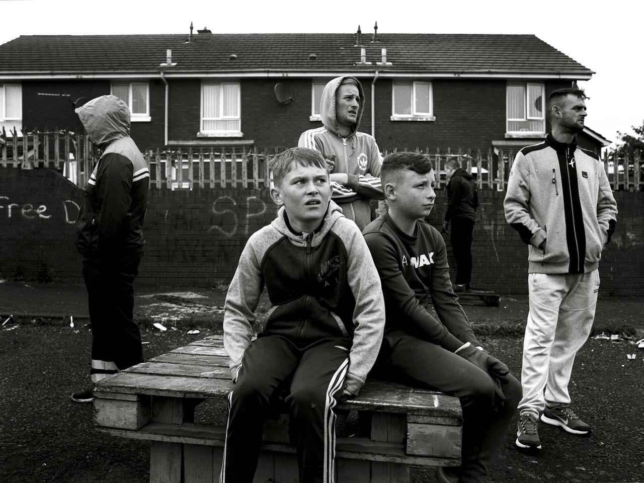 Munkanélküliség, bűnöző bandák, drogok és alkohol - ez vár rengeteg mai tinire az Egyesült Királyság félreeső részein, az egykor virágzó vidéki iparvárosokban, ahol a jólétet mérő társadalmi mutatók az országos átlagnál 3-11-szer rosszabbak.Észak-Írország egyes részein a súlyos helyzetet vallási szegregáció és egykori félkatonai csoportok utódszervezetei súlyosbítják.