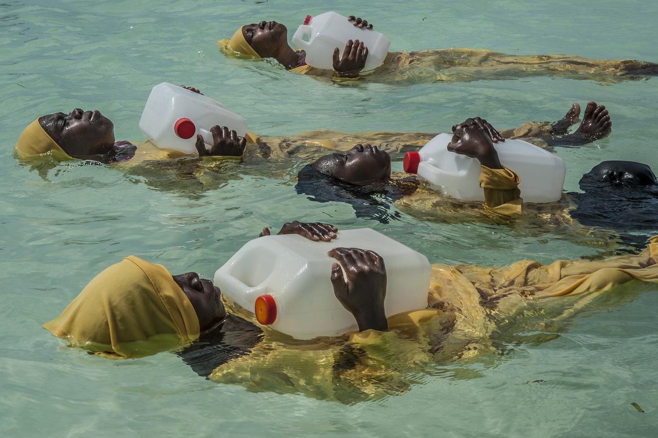 Tanzánia egyik muszlim többségű tartományában a nőknek tilos úszniuk. Egy csapat nő viszont a szabályokat kijátszva mozgalmat indított. A magukhoz ölelt kanna segítségével lebegnek a vízben, így technikailag nem úsznak, de mégis fürödhetnek a medencékben.