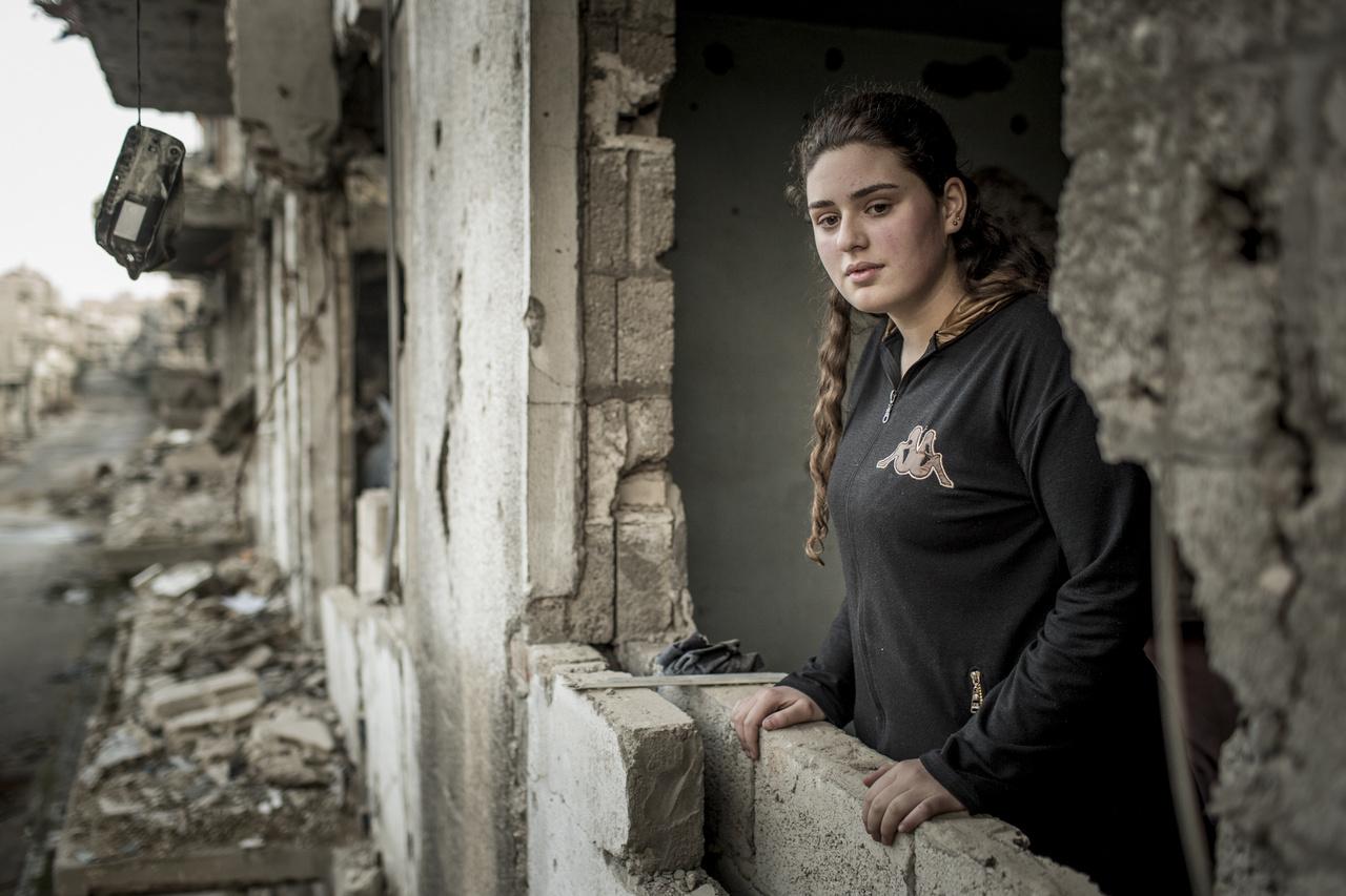 A második világháború porig rombolt városai néztek ki úgy, ahogy ma Homsz vagy Aleppó. Sok szíriai megpróbált visszatérni egykori otthonukba - ahogy a képen látható Victoria is a családjával - de élhetetlen romokon kívül semmi nem várta őket.