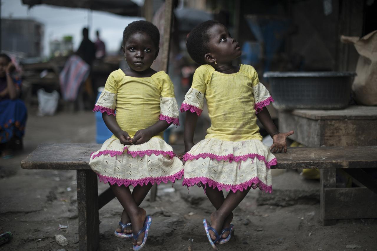 Elefántcsontparton a misztikus vallásosság és a szegénység különös keveréke teremtett piacot az ikreknek, akiket a mai napig csodalényeknek gondol a babonás lakosság. Sok szülő azért viszi az ikreit templomba, hogy áldásokat osszanak pénzért.