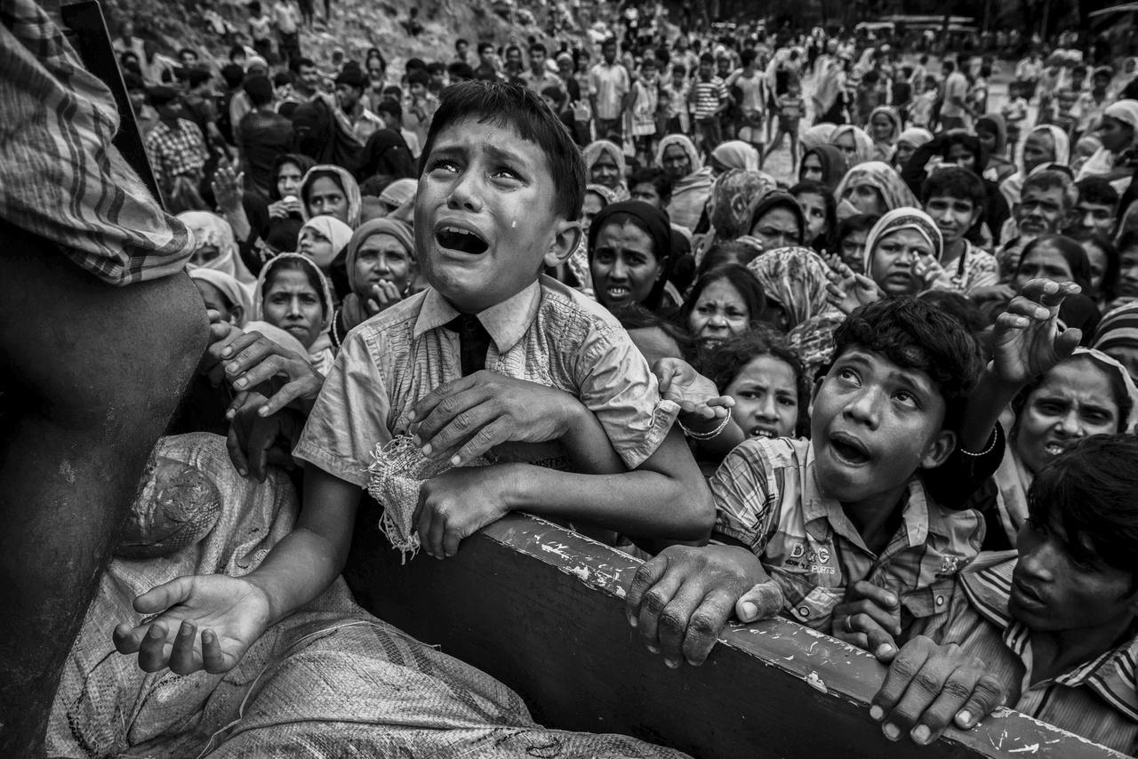 Segélyosztásnál könyörgő rohingja gyerekek 2017 szeptemberében. A fotó történetéről mi is írtunk a Nagyképben. Kevin Frayer fekete-fehér képei az egész világ figyelmét ráirányították a rohingják szenvedésére.