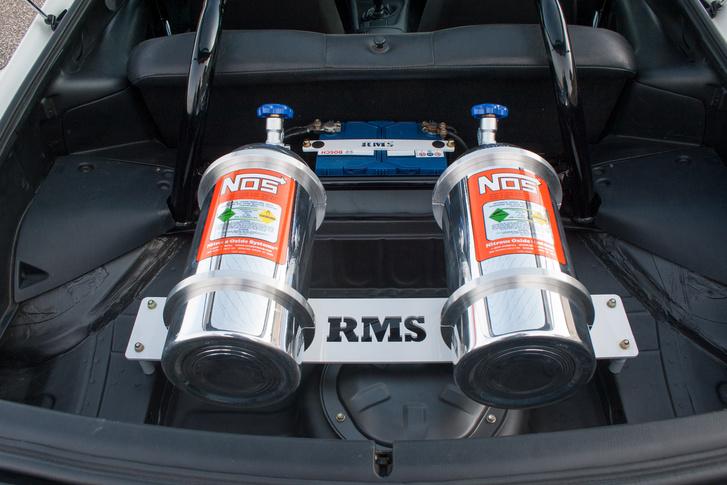 Csak egy nagy poén a két nitró-palack a csomagtartóban, nincsenek bekötve. Mondjuk nincs is rájuk szükség