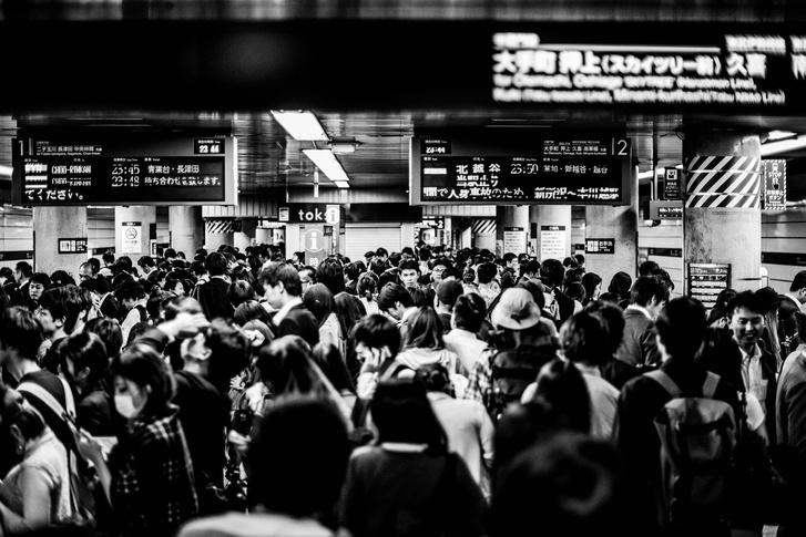 Állomás a tokiói Den-en-tosi vonalon, ahol nemrég egy felsővezeték-probléma 4,5 órás kimaradást okozott a csúcsforgalomban. El lehet képzelni, milyen egy több órás kimaradás ott, ahol ennyien szoktak várni a néhány percenként érkező vonatokra.