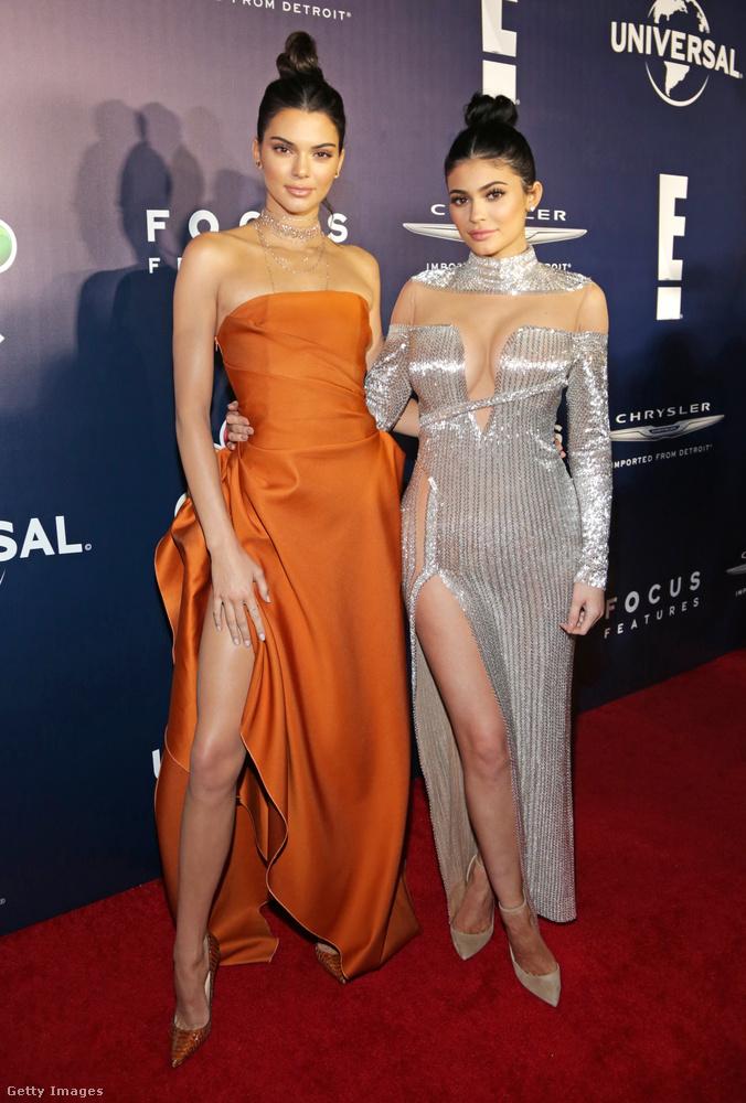 Kendall Jenner sütőtök-, míg testvére, Kylie Jenner ezüstszínű lábvillantós estélyiben jelent meg a 74