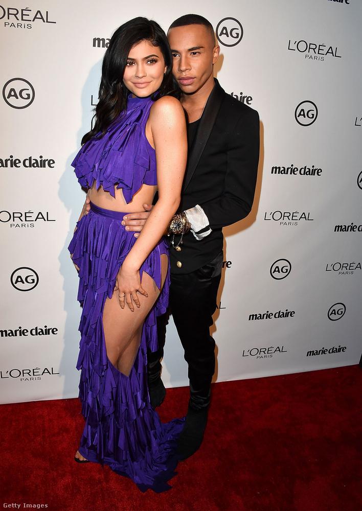 Felsliccelt lila kétrészesben dörgölődzött a Balmain tervezőjéhez, Olivier Rousteinghez a Marie Claire Image Maker Awardson Hollywoodban.