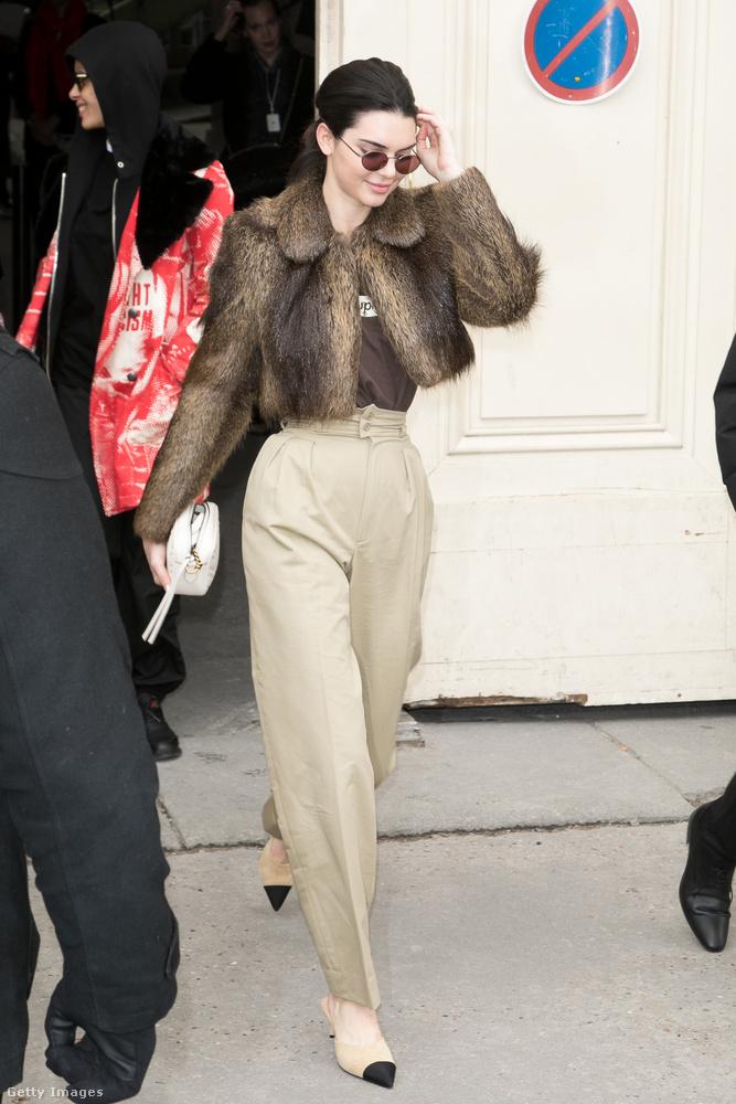Magasított derekú bézs nadrág és bunda a párizsi divathéten.