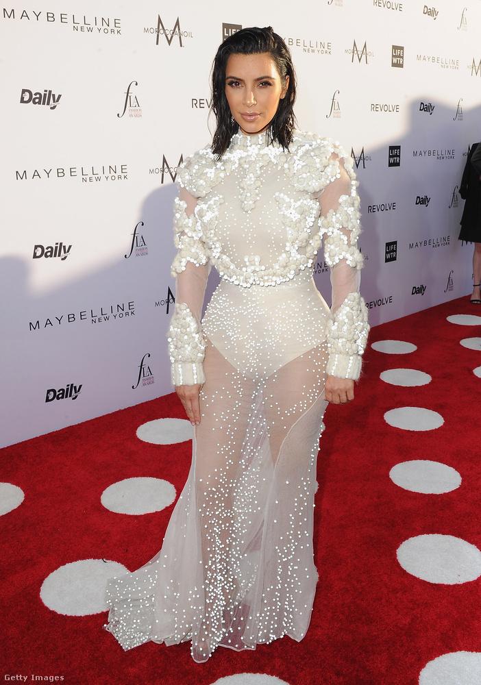 Magasított nyakú, lábvillantós Givenchy estélyi a Daily Front Row partiján.