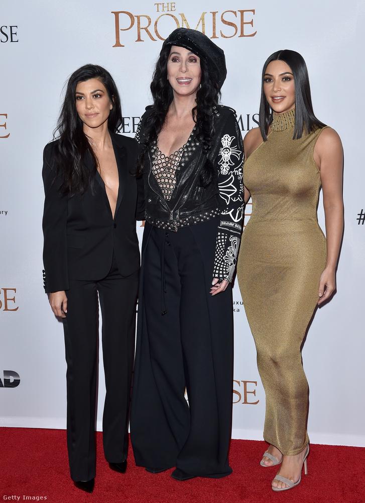 És ha már Cher...a 71 évesnő Kim és Kourtney Kardashiannel fotófalazott az Ígéret című film hollywoodi bemutatóján.