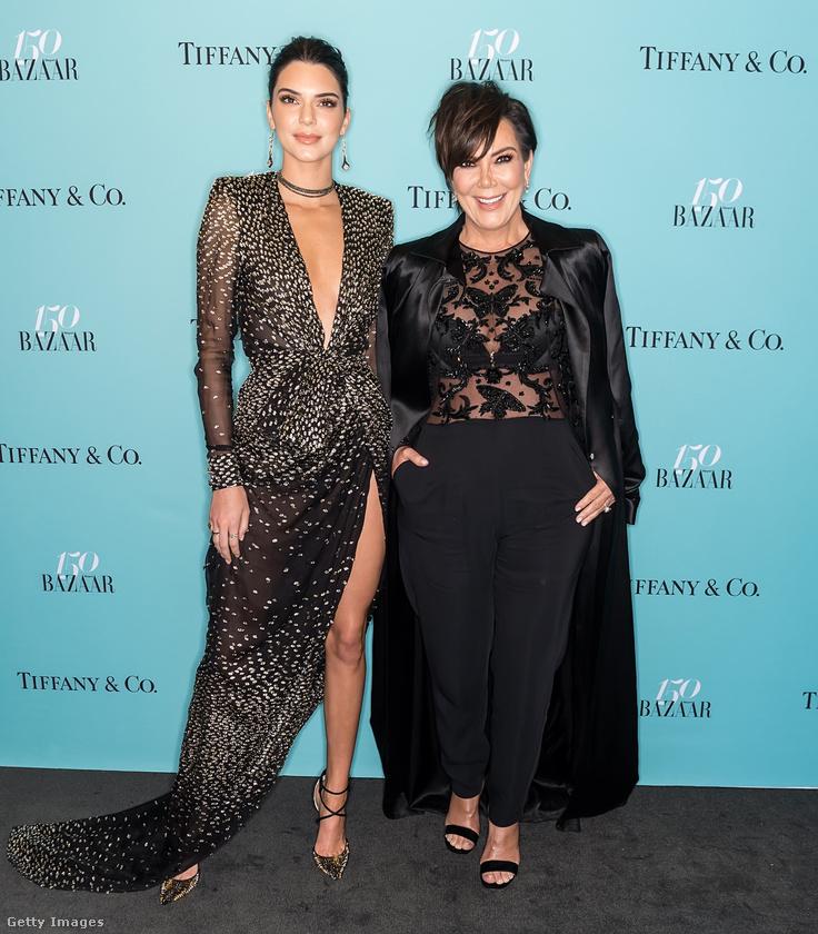 V-nyakkivágású estélyiben pózolt anyja, Kris Jenner mellett a Harper's Bazaar 150