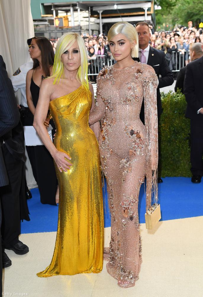 A pucérruhás Kylie Jenner és az aranyszobornak öltözött Donatella Versace a 2017-es Met-gálán.