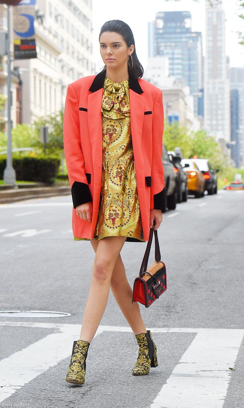 Egy 90-es évek stílusát idéző New York-i divatanyag fotózásán is lencsevégre kapták Kendall Jennert 2017-ben.