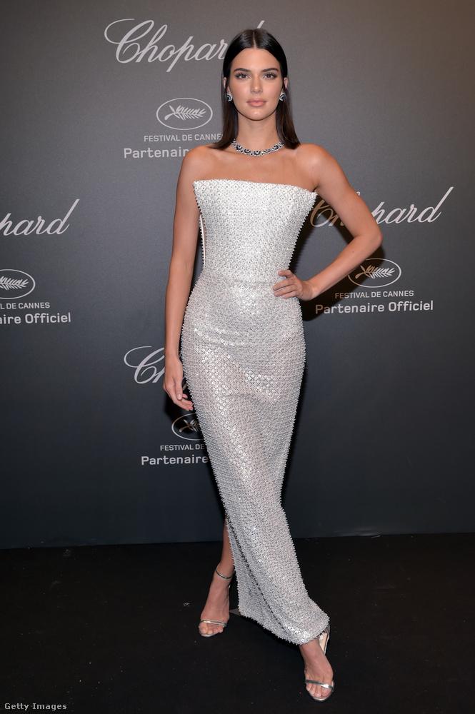Vállnélküli fehér estélyi és Chopard nyaklánc Cannes-ban.