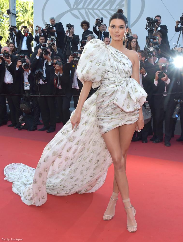 Talán ez a félvállas, puffos ujjú couture volt az egyik legjobb választása Kendall Jennernek
