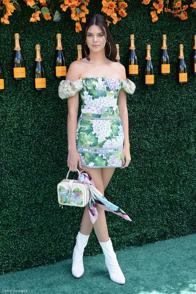 Zöld mintás ruha és fehér bokacsizma a puccos Veuve Clicquot bulin New Yorkban.